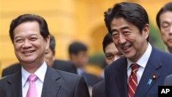 Thủ tướng Nhật Bản Shinzo Abe và Thủ tướng Việt Nam Nguyễn Tấn Dũng tại Hà Nội, ngày 16/1/2013.