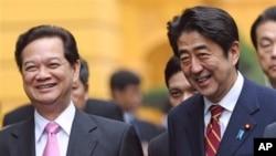 16일 베트남 하노이에서 응웬 떤 중 베트남 총리(왼쪽)와 정상회담을 가진 아베 신조 일본 총리.