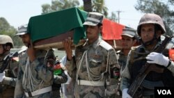 برخی ها دلیل خودداری علما از ادای نماز جنازه بر نظامیان کشور را فشار طالبان می دانند