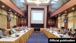 COVID-19 ကာကြယ္ထိန္းခ်ဳပ္ကုသေရးနဲ႔ ပတ္သက္ၿပီး တိုင္းရင္းသားလက္နက္ကိုင္ အဖဲြ႔အစည္းမ်ားႏွင့္ ညွိႏႈိင္းပူးေပါင္းေရးေကာ္မတီအဖဲြနဲ႔ NCAS-EAO အဖဲြ႔တို႔ရဲ႕ ညိွႏိႈင္းအစည္းအေ၀းကို ရန္ကုန္ၿမိဳ႕ NRPC ရံုးမွာ က်င္းပ (သတင္းဓာတ္ပံု - Hla Maung Shwe's Facebook - ေမ ၅၊ ၂၀၂၀)