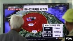 韓國人觀看播報朝鮮發射導彈的電視新聞。(2013年5月20日)
