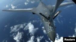 Satu dari dua B-1B Lancer, pesawat pembom milik Angkatan Udara AS sedang mengisi bahan bakar dalam misi 10 jam di sekitar of Kyushu, Jepang, Laut China Timur dan semenanjung Korea, 8 Agustus 2017.