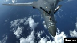 美国的B1-B隐身战略轰炸机空中加油 - 资料