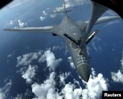 美国的B1-B隐身战略轰炸机空中加油 - 资料照