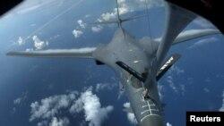 美國的B1-B隱身戰略轟炸機空中加油 - 資料