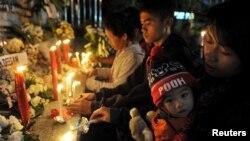 Keluarga korban bom Bali 2002 menyalakan lilin untuk memperingati 13 tahun pemboman di Kuta, Bali, 12 Oktober 2015.