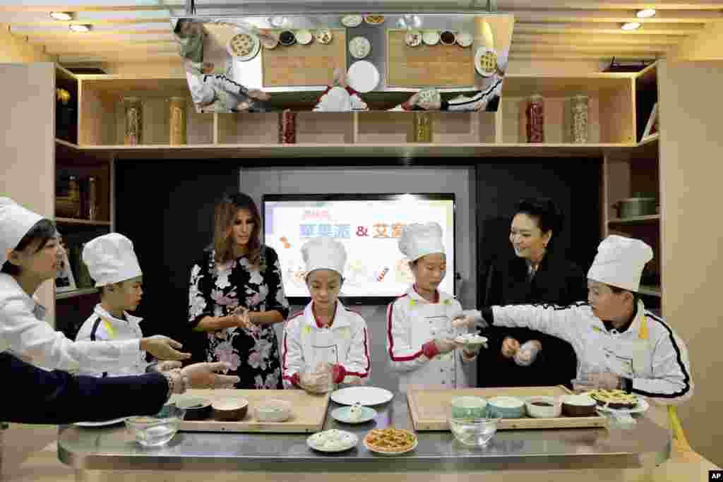 شرکت بانوی اول آمریکا و بانوی اول چین در کلاس آشپزی در یک مدرسه در چین