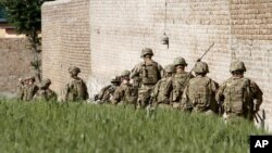 Autoridades civiles y militares de EE.UU. en Afganistán calificó la acción como inconsistente con el sacrificio de los soldados.