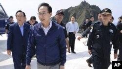 지난 10일 독도를 방문한 이명박(사진앞쪽) 한국 대통령