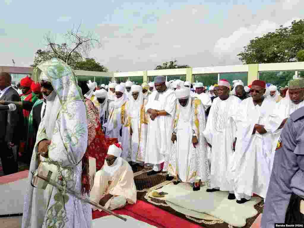 Sarkin kano Malam Muhammadu Sanusi na biyu lokacin da yake jagorantar sallar Eid Fitr.