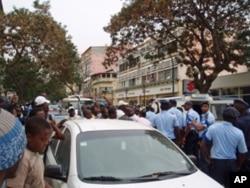 A polícia compareceu em força, apoianda por um carro celular