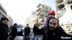 Des rescapés d'Alep-Est dans les secteurs tenus par le régime syrien dans la 2è ville de la Syrie, le 9 décembre 2016.