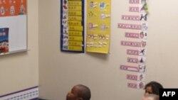 美国一所小学中学习中文的小学生
