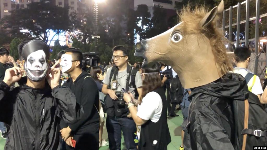 香港示威者戴政治抗议面具迎来万圣夜。(2019年10月31日)