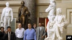 即将成为美国众议院议长的贝纳(中)上周在华盛顿