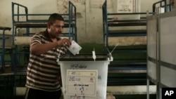 Một cử tri bỏ phiếu ở Cairo, Ai Cập, 28/5/2014.