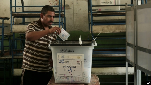 An Egyptian man casts his vote at a polling station in Cairo, Egypt, on May 28, 2014.