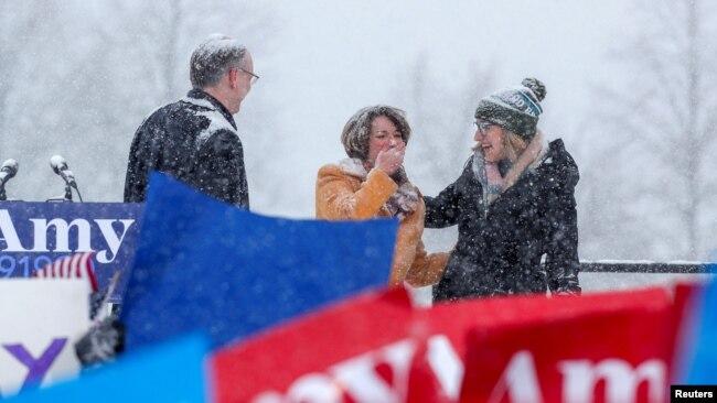 La senadora Amy Klobuchar reacciona cerca de su esposo John Bessler e hija Abigail Bessler imediatamente después de que termina de anunciar su candidatura para las elecciones presidenciales en 2020. Foto: Reuters