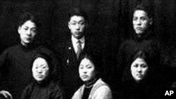 국제레닌학교 재학시절 각국 혁명가들과 함께 한 박헌영(앞줄 가운데).