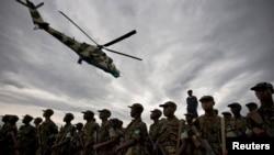 Un hélicoptère de l'armée congolaise vole au-dessus des troupes rwandaises en préparation d'une opération conjointe à Goma, dans l'est de la RDC, 25 février 2009.