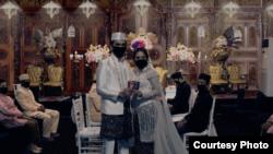 Pelaminan yang ada di belakang kedua pengantin merupakan pelaminan virtual yang ditampilkan sesuai keinginan mempelai menggunakan teknologi green screen (layar hijau).