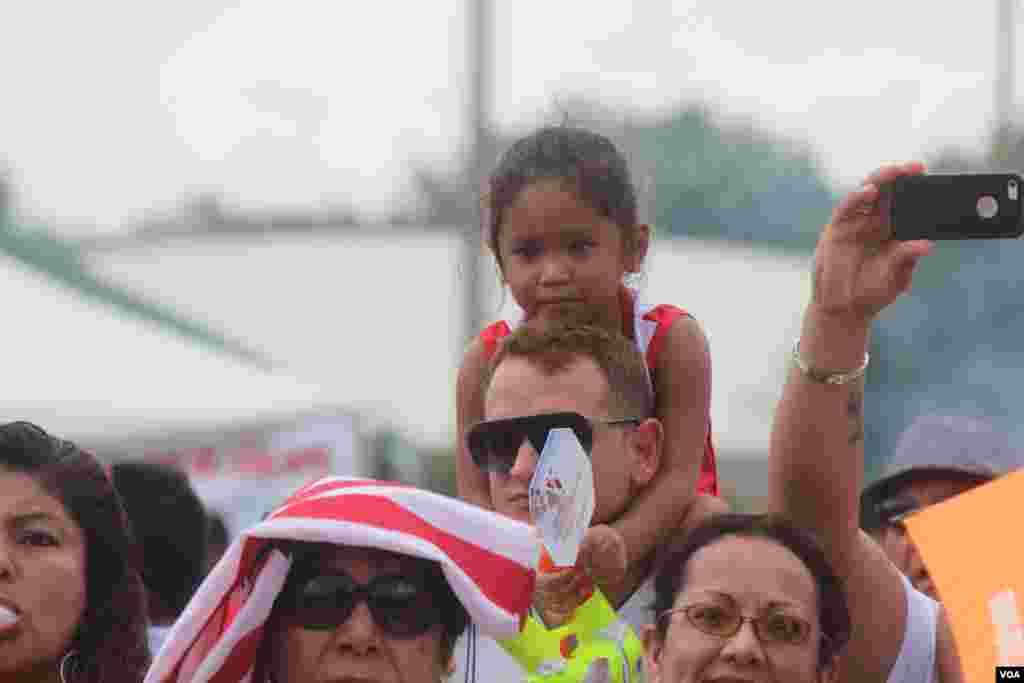 La jornada calurosa en el área de Washington no impidió que las familias se acercaran a celebrar en Arlington, Virginia.
