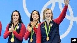 10일 브라질 리우올림픽 수영 여자 800미터 자유영 계영 결승에서 금메달을 차지한 미국 선수들이 시상대에 올랐다. 왼쪽부터 앨리슨 슈미트, 레아 스미스, 마야 디라도, 케이티 레덱키.