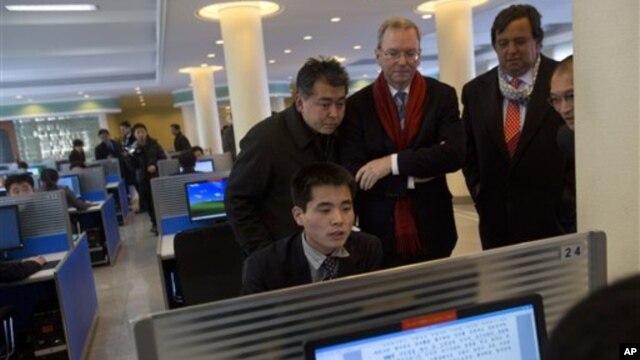 Delegasi swasta AS, termasuk eksekutif Google Eric Schmidt dan mantan Dubes AS untuk PBB Bill Richardson mengunjungi Universitas Kim Il Sung di Pyongyang, Korut (8/1).