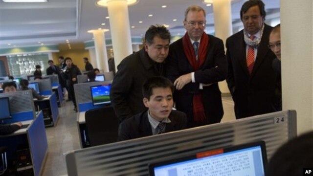 Pemimpin Google, Eric Schmidt (tiga dari kiri) dan mantan Gubernur Mexico Bill Richardson (dua dari kanan) mengawasi seorang mahasiswa menjelajahi internet di laboratorium komputer Universitas  Kim Il Sung University di Pyongyang, Korea Utara, 8 Januari 2013. (AP Photo/David Guttenfelder)