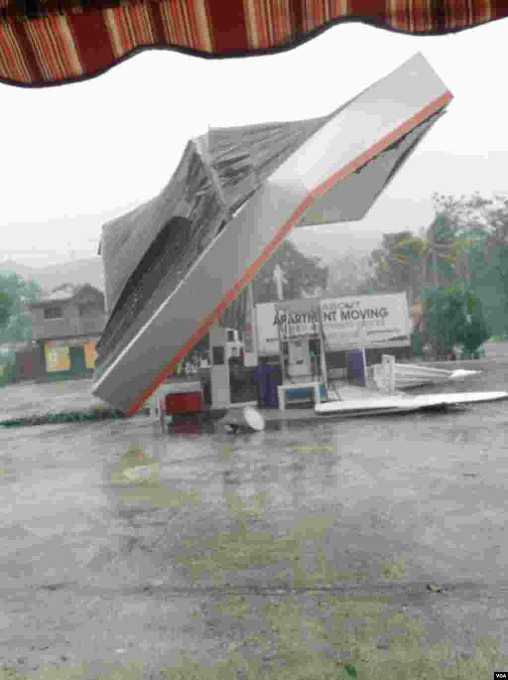 A Gas Station roof collapsed in the city of Miragoane in the Nippes region, Haiti, Oct. 3, 2016. (F. Lisne/VOA)