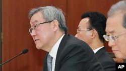 24일 한국 국회 외교통상통일위원회 전체회의에서 탈북자 관련 질의에 답변하는 김성환 외교통상부 장관.
