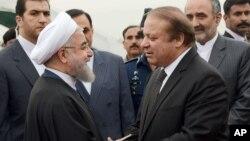 PM Pakistan Nawaz Sharif (kanan) menyambut kedatangan tamunya, Presiden Iran Hassan Rouhani di Islamabad hari Jumat (25/3).