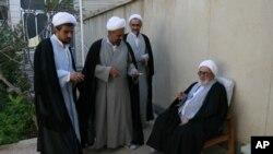 Le grand ayatollah Ahmad Montazeri assis lors d'une réunion de prière d'Eid al-Fitr à Qom, Iran, 1er octobre 2008.
