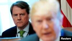 Cố vấn pháp lý Tòa Bạch Ốc Don McGahn ngồi phía sau Tổng Thống Donald Trump trong cuộc họp Nội các ngày 21/6/2018.