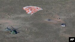 Спасательная команда прибывает к месту посадки спускаемой капсулы Союз TMA-11M. 14 мая 2014г.