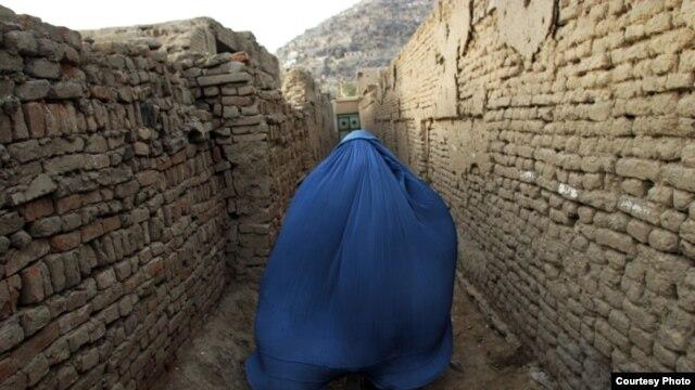 Dengan burka yang menutupi tubuh mereka, perempuan Afghanistan sering dianggap 'bisu.'  Namun sebuah proyek menulis memberi mereka kesempatan untuk 'bersuara' (foto: awwproject.org).