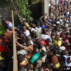 Des électeurs se bousculant devant un bureau de vote du quartier Abobo, à Abidjan