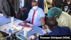 Umsekeli kamongameli, uMnu. Constantine Chiwenga, ulungiselela ukuhlatshwa kwejekiseni yeSinopharm COVID-19.