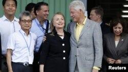 Menlu AS Hillary Clinton dan mantan Presiden Bill Clinton mengunjungi Haití untuk mempromosikan investasi di sana (22/10).