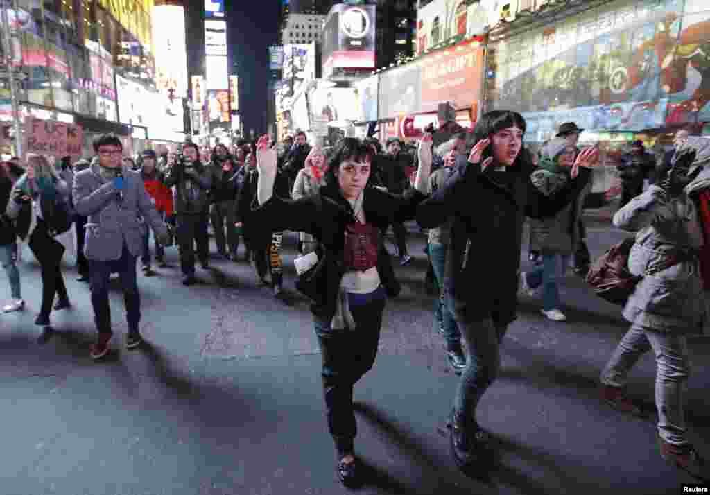 Para demonstran menyuarakan protes atas putusan dewan juri yang tidak menjatuhkan hukuman bagi polisi New York dalam kasus kematian Eric Garner di Times Square, New York (4/12).