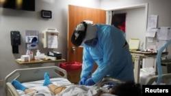 ကိုဗစ္ကူးစက္လူနာတဦးကို ကုသေပးသည့္ျမင္ကြင္း (ႏိုဝင္ဘာလ ၁၂၊ ၂ဝ၂ဝ)