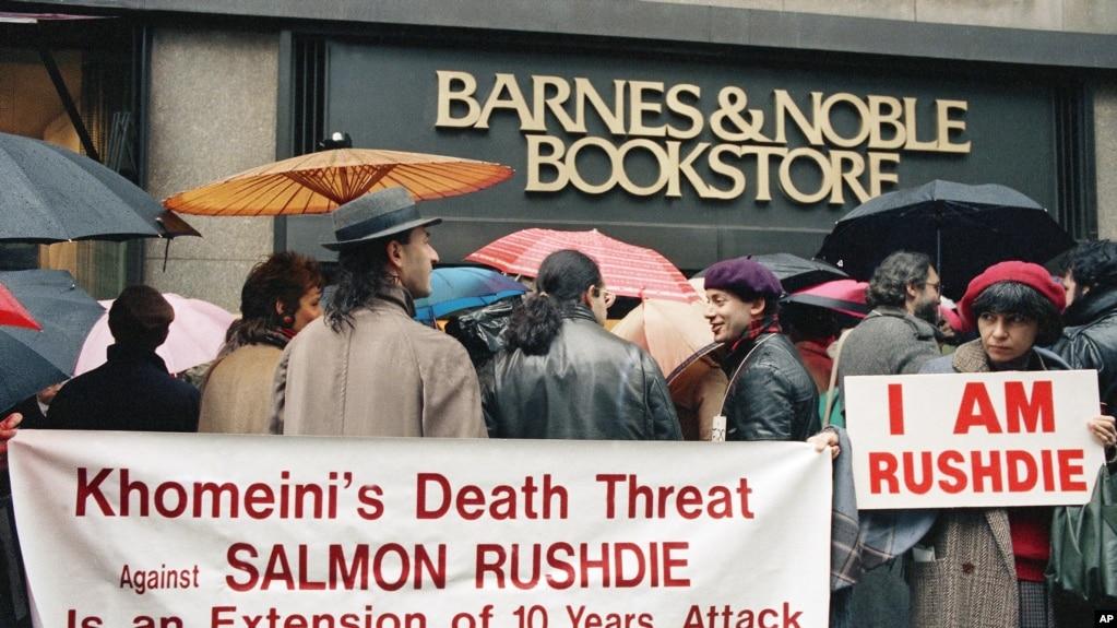 Archivo - Febrero 22, 1989. Protesta a favor del autor Salman Rushdie frente a Barnes and Noble en Nueva York.