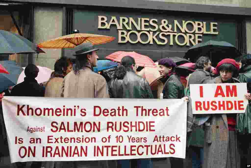 """امروز در تاریخ: سال ۱۹۸۹ – تظاهرات علیه تصمیم «بارنز اند نوبل» (کتاب فروشی آمریکایی) برای برداشتن نسخههای کتابهای """"آیات شیطانی""""، رمان سلمان رشدی. چاپ این کتاب موجب اعتراض مسلمانان شده بود و حتی آیت الله خمینیحکم ارتداد و فرمان قتل سلمان رشدی را صادر کرد. بعد از این اعتراض ها کتابفروشی زنجیره ای «بارنز اند نوبل» تصمیم گرفت کتاب را جمع کند اما این معترضان به این جمع آوری کتاب اعتراض داشتند."""