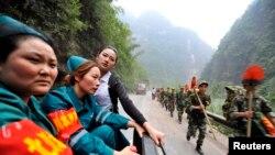 Lực lượng cứu hộ đến được các khu vực hẻo lánh trong tỉnh Tứ Xuyên, ngày 21/4/2013.