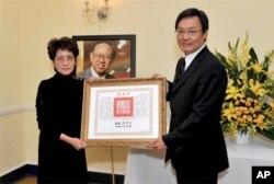 台湾总统府资政苏起代表马英九总统颁赠丘宏达夫人谢元元褒扬令