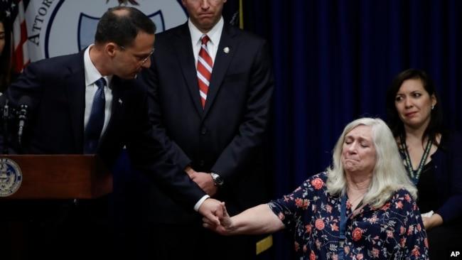 Ông Josh Shapiro và mẹ của một bé trai bị xâm hại tình dục.