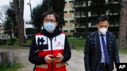 资料照片:中国红十字会副会长孙硕鹏(左)离开在罗马意大利红十字会总部与意大利外长迪马约举行的记者会。(2020年3月13日)