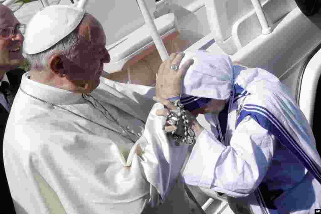 رواں سال پوپ فرانسس نے مدر ٹریسا کو سینٹ کا درجہ دینے کا اعلان کیا تھا۔
