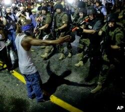 美国密苏里州弗格森镇警民对峙的情形(2014年8月20日)