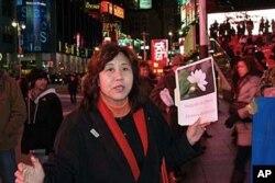 呂京花向路人解釋為什麼他們支援中國的茉莉花革命